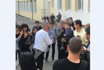 Борисов гласува, посрещна го свещеник с бебето си