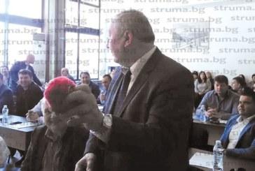 ЗАИГРАВКА НА СЕСИЯТА В ДУПНИЦА! Съветникът от ГЕРБ Й. Йорданов подари на колегата си от БСП Г. Пехливански гербер, върна си го за плюшения червен бухал