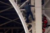 Предаде се мъжът, покатерил се по Айфеловата кула и плашеше да се самоубие