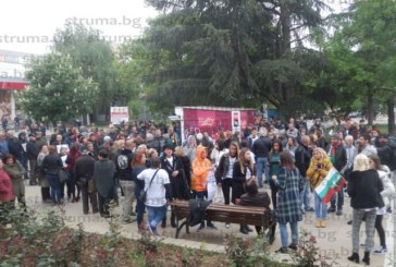 Около 400 души на протест в защита на полицаите, обвинени за смъртта на Чората
