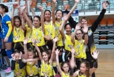 """Най-малките волейболистки на """"Миньор"""" с бронзовите медали в Панагюрище"""