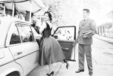 Дъщерята на петричкия адвокат Иво Стефанов – Стейси, грейна на бала с ретро тоалет, дълго цигаре и млад офицер под ръка