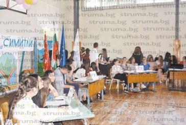Ученици облякоха автентични носии за полувековния юбилей на град Симитли