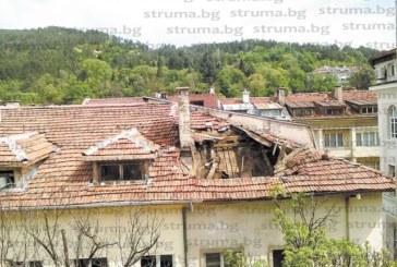 """ЧИТАТЕЛИ СИГНАЛИЗИРАТ В """"СТРУМА"""": Опасна сграда в топцентъра на Благоевград заплашва да се срути върху главите на минувачите"""