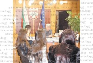 Община Дупница подпомага 10 абитуриенти за бала им