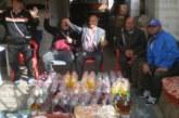 Хамалите в Кюстендил празнуваха в двора на 51-годишната Стефка, роми омесиха козунаци и хляб за вдовици и сираци
