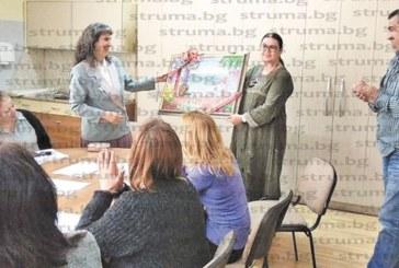 ЕМОЦИОНАЛЕН ЖЕСТ В ГОЦЕДЕЛЧЕВСКА ГИМНАЗИЯ! Майка трогна учителите на сина си с подарък картина и благодарствени думи