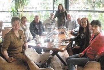 Доц. Златко Павлов заведе литературни творци и библиотекари от Пиринско на гости в Струмица, посрещнаха ги със скопско пиво и тиквешка ракия