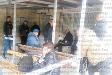 Граждани спят в автомобилите пред КАТ – Благоевград, със седмици не могат да ги регистрират