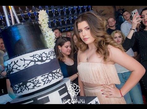Щерката на Блатечки с бурен купон за ЧРД! Катерина навърши пълнолетие в дискотека