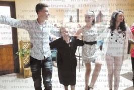 Синът на зам. директора на училището в Микрево Ю. Янева поведе хорото на изпращането му за бала в МГ