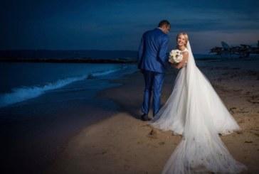 """Водещата на """"Пирин Фолк"""" се омъжи за италианец на плажа"""