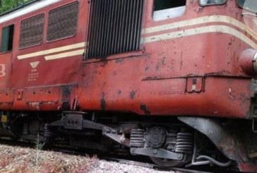Влакът Варна-София се заби в скали