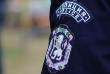 Нападнаха полицаи с бутилки и камъни