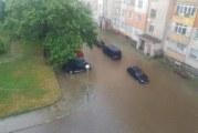 Бурята в Благоевград събори дървета, превърна улиците в реки