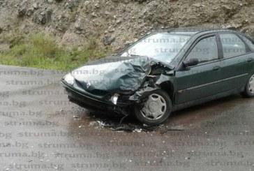 Трима ранени при удар на камион и кола край Добринище