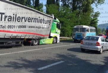 Аварирал камион затруднява движението по пътя Благоевград – Сандански