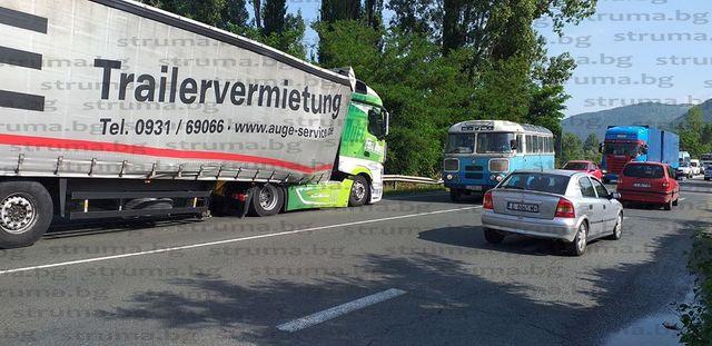 Аварирал камион затруднява движението по пътя Благоевград - Сандански