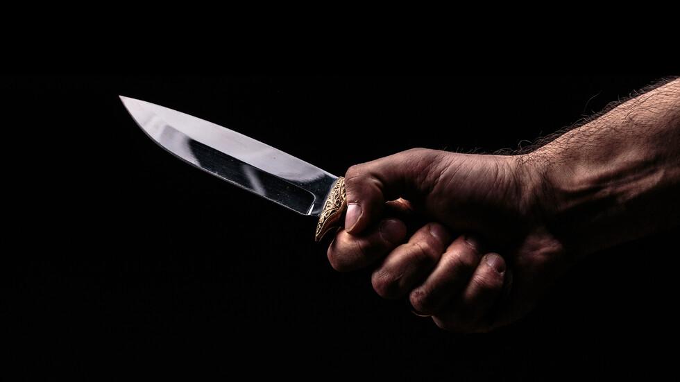 Кървав семеен скандал! Син намушка майка си