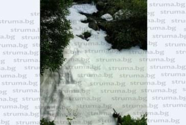 Екокатастрофа! Бяла пяна покри р. Струма, социалните мрежи прегряха