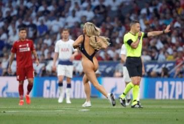 Ливърпул спечели купата! Разголена почитателка открадна вниманието от финала в Шампионска лига