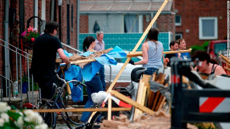 12 ранени при преминаване на торнадо в германския град Лангенберг