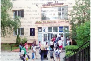 Изнервени родители на кандидат-първокласници окупираха двора на благоевградското VIII СУ: Децата ни с по 100 точки не са приети, а съседски са, как точно са го решили?