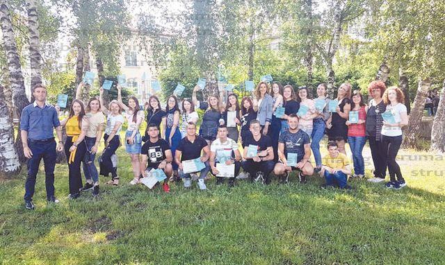 Последният училищен звънец би в чест на зрелостниците на училището в Сатовча, 31 абитуриенти от випуск 2019 успешно издържаха матурите и се дипломираха