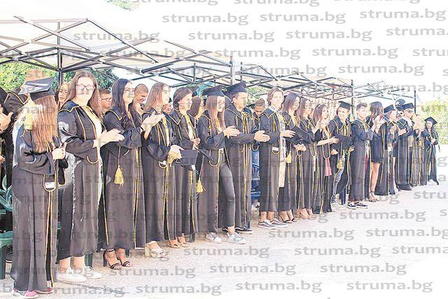 11 зрелостници на ПГИТ - Петрич се дипломираха с медали