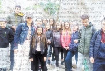Ученици от благоевградското ІІІ ОУ влязоха в ролята на изследователи, взеха проби от минералните извори край с. Ощава
