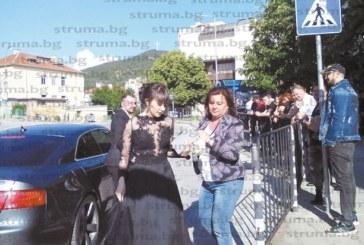 Като професионален фотограф директорката на училището в Симитли Т. Янкова запечата на снимки уникални моменти от бала на племенницата си