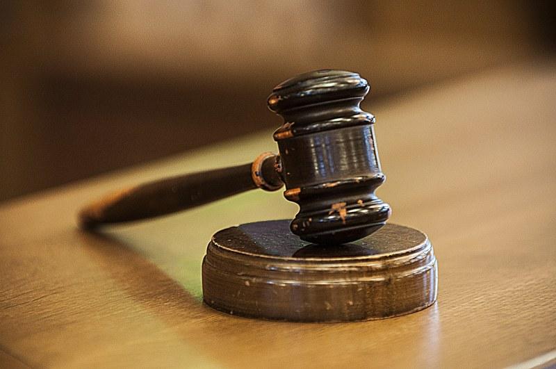 Осъдиха непълнолетна майка oт Петрич, биела сина си, пускала го гол по улиците