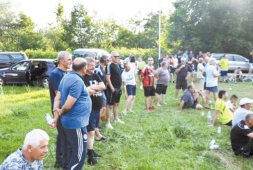 Три поколения футболисти от Полето и Брежани в оспорван сблъсък на терена, обаждане на 112 прекрати третото полувреме на площада