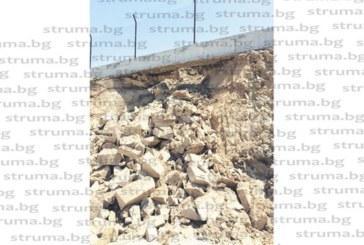 ОЩЕ ПРЕДИ ДА БЪДЕ ОТКРИТО! Свлачище подкопа оградата на новото депо край Бучино, зейна огромна дупка…