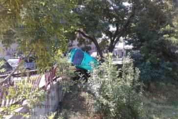 Тежък инцидент в Дупница, автомобил увисна във въздуха