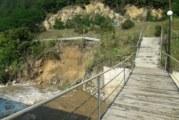 3 метра и половина приливна вълна! Река Черна Места влачи камъни и дървета, подкопа пътя, хората уплашени