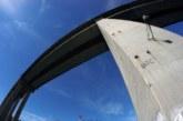 Баща хвърли детето си от мост, заплаши да се самоубие