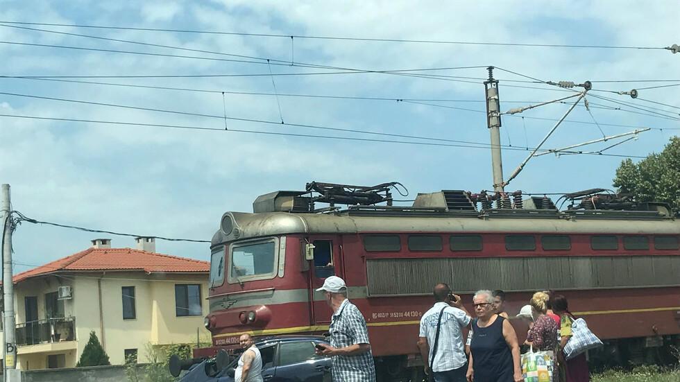 Влак блъсна лек автомобил в Пловдивско