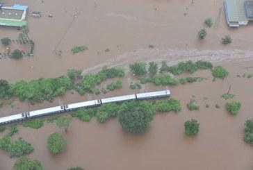Влак попадна в наводнение, 1000 пътници спасени, сред и бременни жени