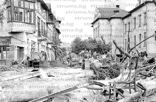 """65 г. след голямото наводнение, отнесло Горна Джумая, Държавен архив извади уникални документи със съвети към гражданите да чистят останките """"със стари обувки от гьон"""" и с имената на мародерите, откраднали """"70 м тъкан, балтон, 2 вълнени поли, 1 копринена рокля, черна престилка..."""""""