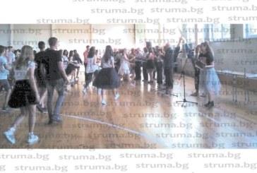 Дъжд от емоции на тържество в благоевградското III ОУ за завършването на седмокласниците