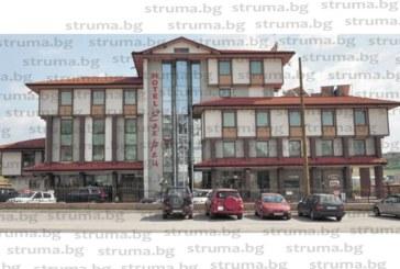"""Скандално! РЗИ с полиция запечата закрития басейн на хотел """"Езерец"""", собственикът Р. Калайджиев не пуска инспекторите"""