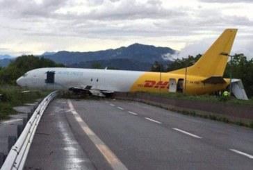 Самолет падна върху магистрала, загина човек
