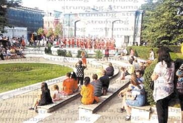 Танцьори от два континента дефилираха в Кюстендил