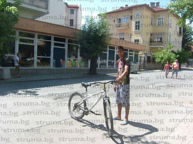 """Шофьор с """"Опел"""" навлезе в пешеходната зона в центъра на Кюстендил и блъсна велосипедист"""