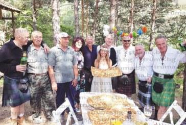 Новите заселници! Англичанин и избраницата му от Борнео вдигнаха етносватба с пикник в гората над Долно Драглище