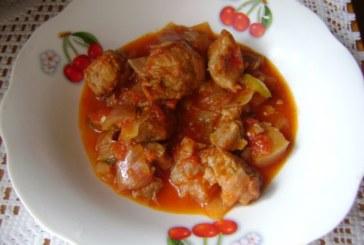 Свинско месо с лук и домати