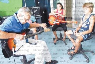 В рок училище за китаристи обучават деца да свирят и композират