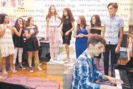 15-г. певица Елизабет Николова с първи самостоятелен концерт в Дупница