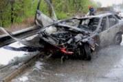 БМВ пламна след удар в мантинела, двама младежи с опасност за живота
